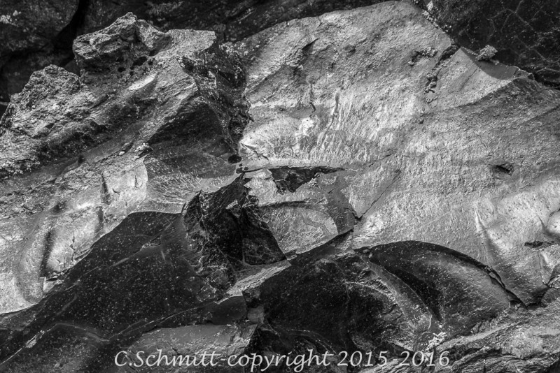 Eclat d'obsidienne dans la plaine au Landmannalaugar centre Islande photo noir et blanc