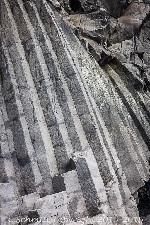 Piliers de lave oblique en orgue basaltique à Reynisfjara sud Islande photo noir et blanc