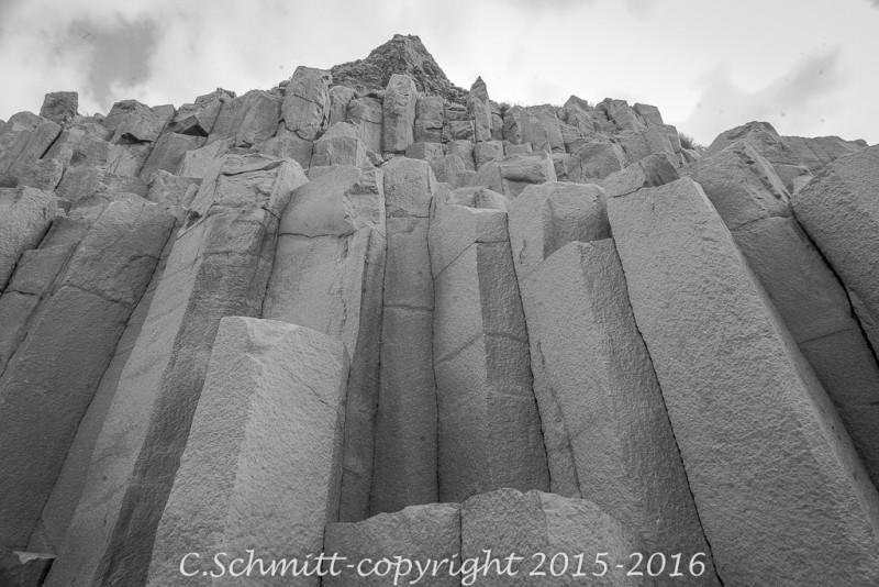 Comme les tuyaux d'un orgue en perspective à Reynisfjara sud Islande photo noir et blanc