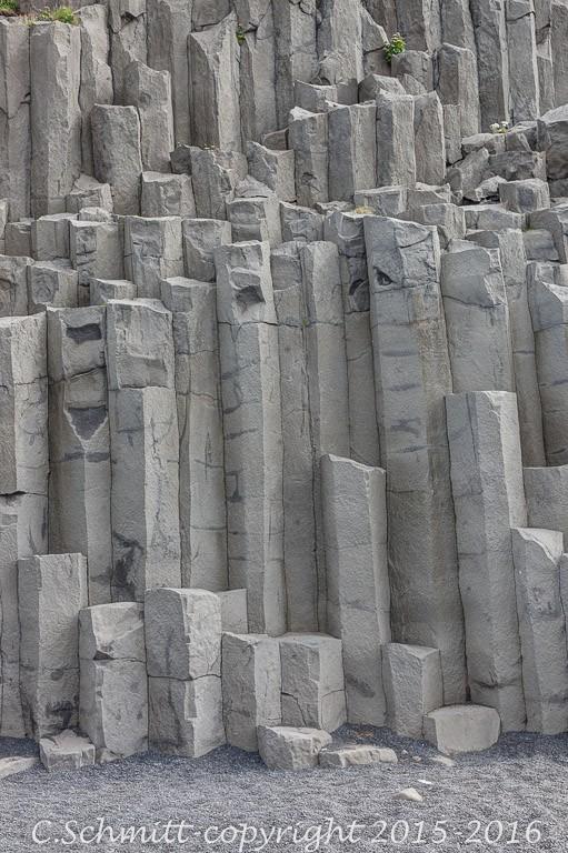 Coulée de lave en orgue basaltique à la plage de Reynisfjara près de Vik sud Islande photo noir et blanc