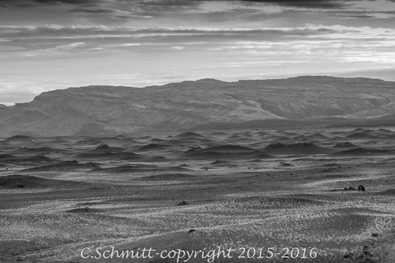 Sur la route vers la ferme de Stong, vue sur une plaine de pseudo-crateres au soleil couchant sud Islande photo noir et blanc