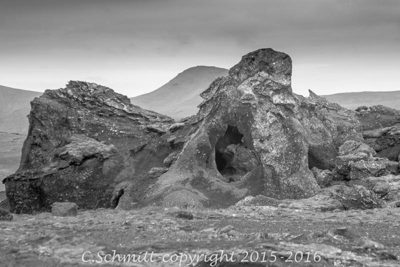 Une sculpture de lave le long de la piste F206 vers le Laki sud Islande photo noir et blanc
