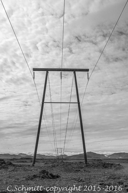 Ligne electrique au Fjallabak près piste F26 Landmannalaugar photo noir et blanc