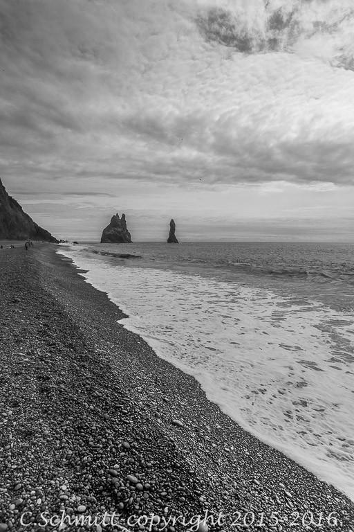 Vue sur Reynisdrangar les trolls de Vik depuis la plage de Reynisfjara en Islande photo noir et blanc
