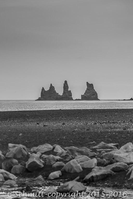 les trolls deReynisdrangar à Vik y Mirdall en Islande photo noir et blanc