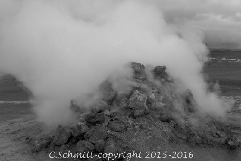 Vapeur sous pression à Namafjall près Myvatn centre Islande photo noir et blanc
