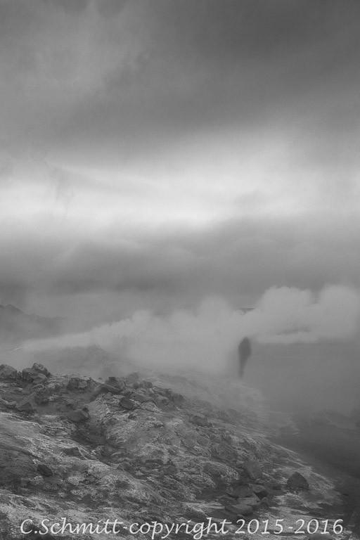 Promeneur solitaire dans les vapeurs géothermiques de Namafjall près Myvatn Islande photo noir et blanc