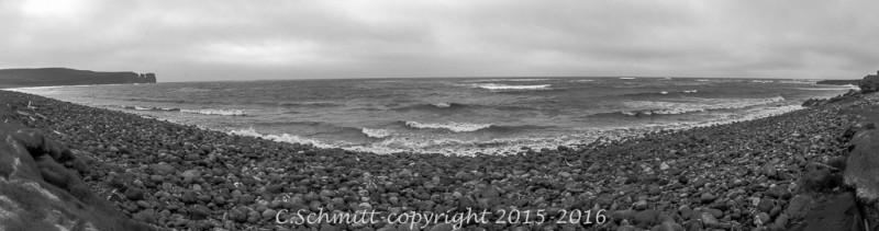 Panorama côte nord d'Islande à Raudinapur au bord de l'océan arctique photo noir et blanc