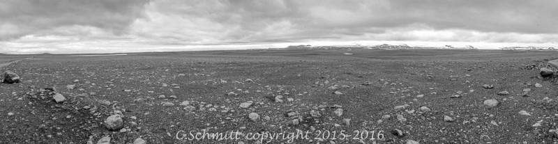 Panorama sur le désert et les glaciers au long de la piste Kjollur F35 centre Islande photo noir et blanc
