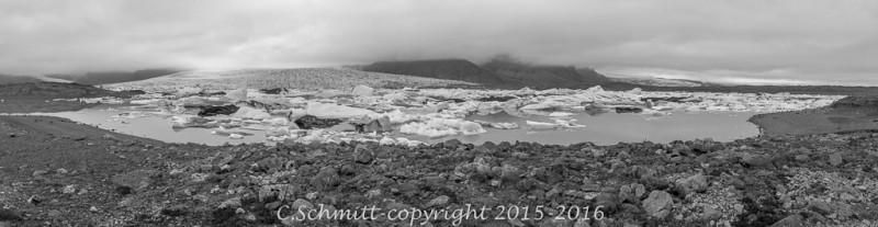 Panorama du lagon glaciaire de Fjallsarlon sur la côte sud de l'Islande photo noir et blanc