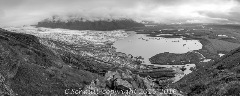 glacier et le lagon de Svinafellsjokull depuis Skaftafell sud Islande photo noir et blanc