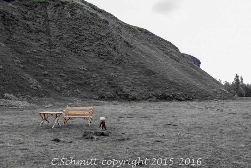 Un banc, une table à la cascade de Stjornafoss sud Islande photo noir et blanc