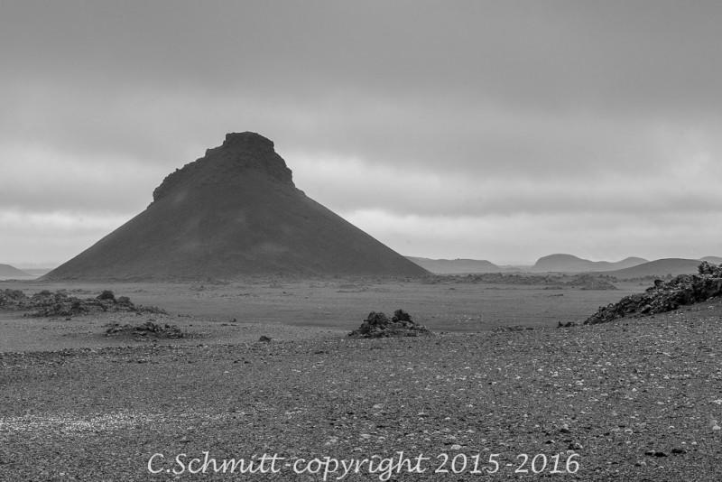 Un cratère solitaire monte la garde le long de la piste F910 centre Islande photo noir et blanc
