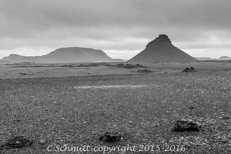 autre planète : la piste F902 traverse des paysages de désert, cratères et montagnes centre Islande photo noir et blanc