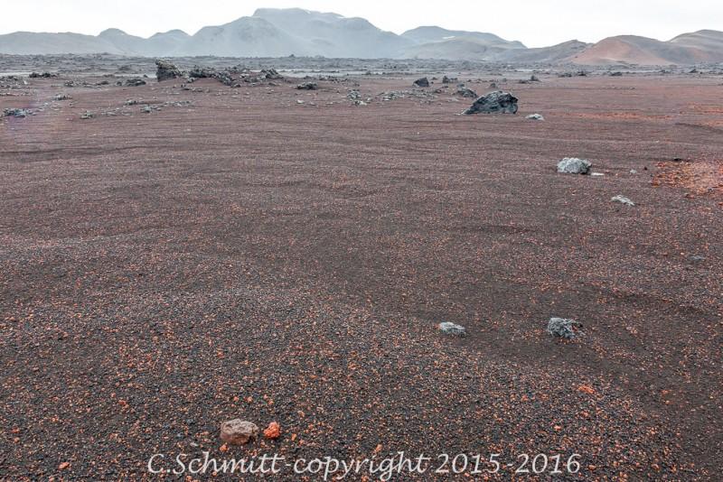 désert criblé de scories rouges au long de la piste F910 centre Islande photo noir et blanc
