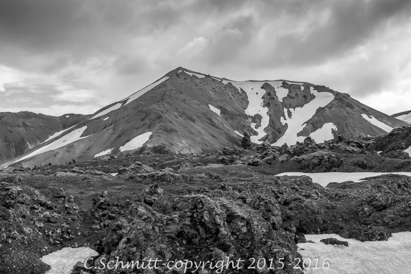 Traversée de paysages de lave au travers du Laugahraun dans le Landmannalaugar centre Islande photo noir et blanc
