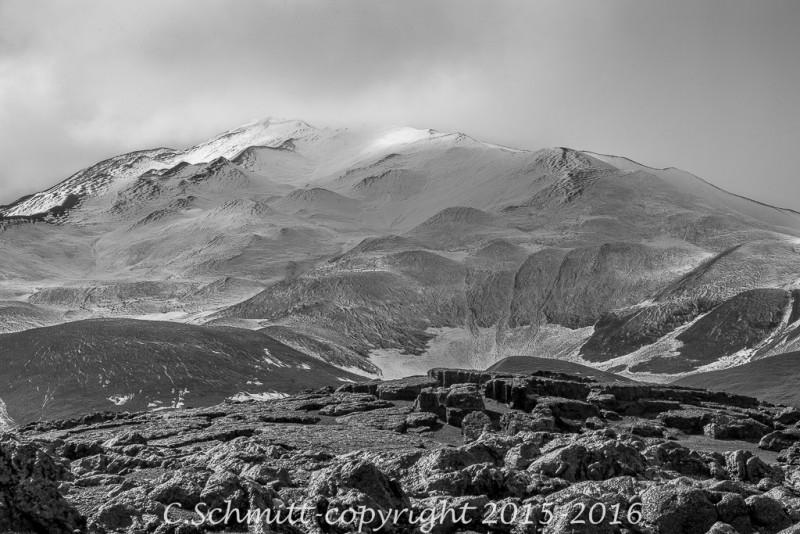 Montagne et neige le piste F910 vers l'Askja centre Islande photo noir et blanc