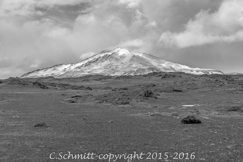 Volcan saupoudré de neige près de la F910 vers l'Askja centre Islande photo noir et blanc