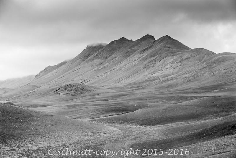 Ce massif majestueux s'illumine sous le soleil couchant près de la F901 centre Islande photo noir et blanc