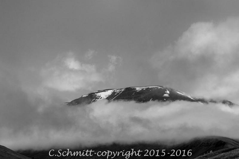 Entre Akureyri et Myvatn les montagnes ont du mal à émerger des nuages nord Islande photo noir et blanc