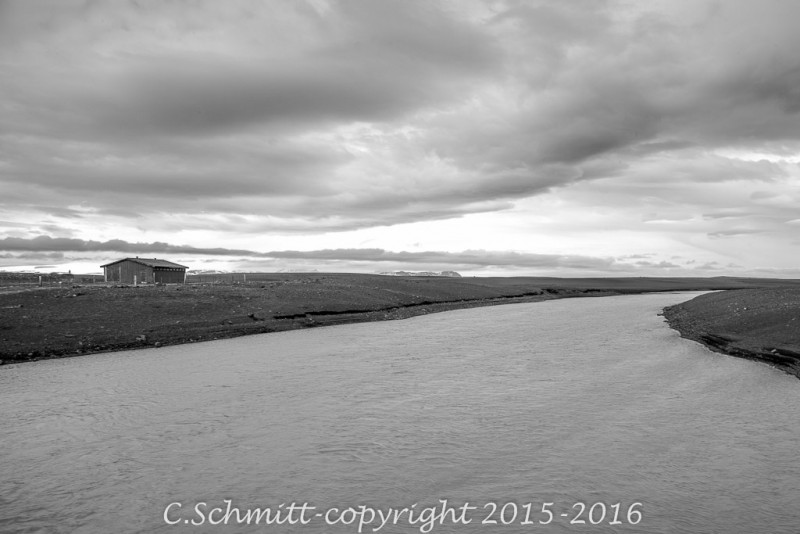 Cabane piste F26 lac Kvislavatn Islande photo noir et blanc
