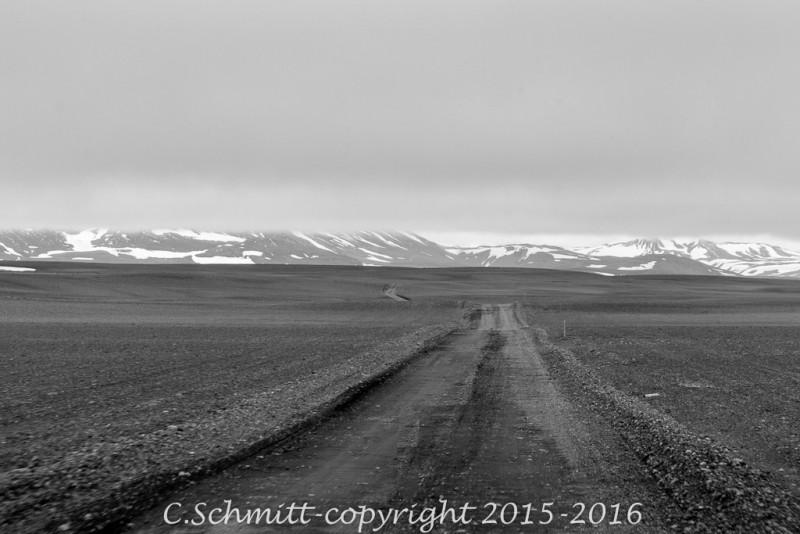 nuages très bas sur la piste F35 Spengisandur centre Islande photo noir et blanc