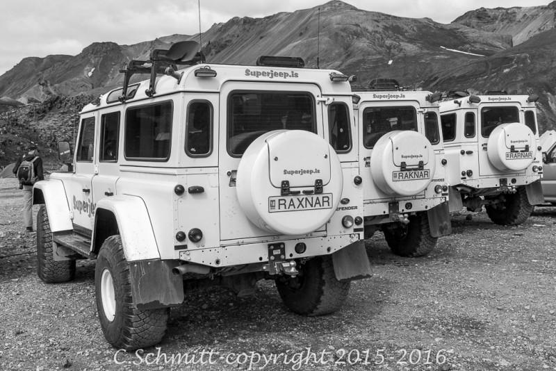 camp du Landmannalaugar trois land rover aux plaques d'immatriculation originales centre Islande photo noir et blanc