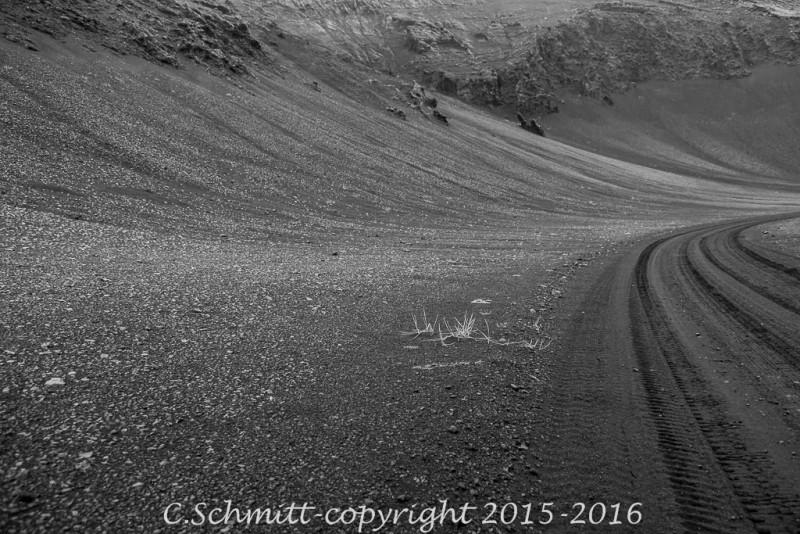 piste de sable noir jusqu'à Kverkfjoll centre Islande photo noir et blanc