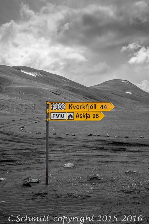carrefour pistes F902 et F910 vers Kverkfjoll centre Islande photo noir et blanc couleur