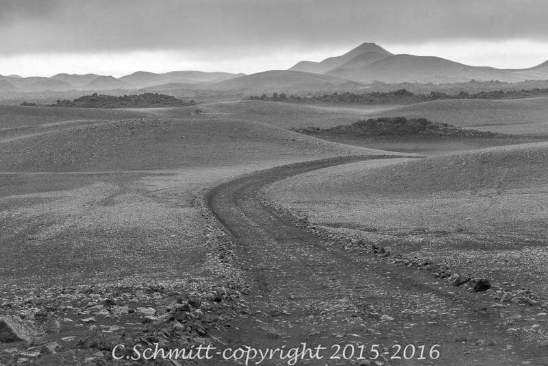 la piste F902 conduit à Kerlingarfjoll par déserts de sables et cendres volcaniques photo noir et blanc