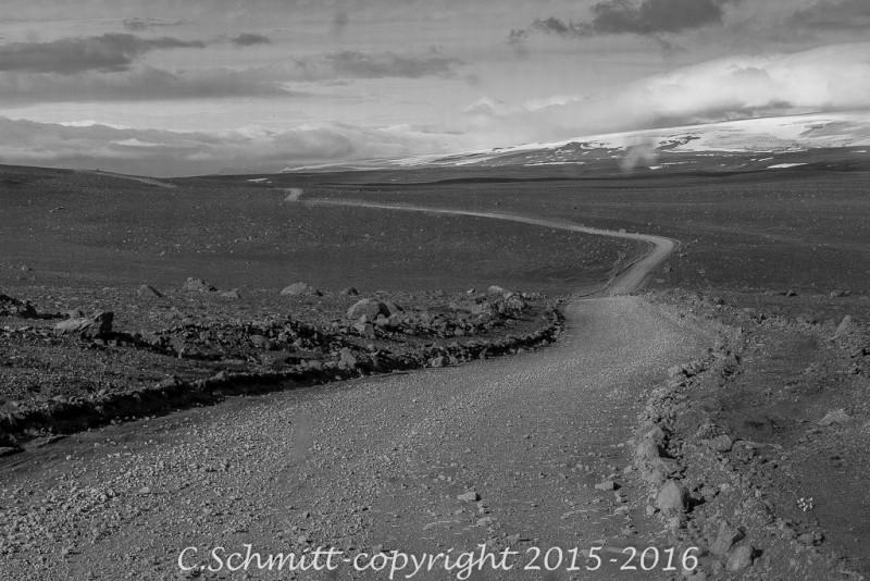 La piste en terre Kjollur ou F35 se déroule jusqu'à l'horizon centre Islande photo noir et blanc