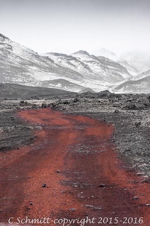 piste qui mène au refuge de Kverkfjoll dans les scories rouges et la neige photo noir et blanc couleur