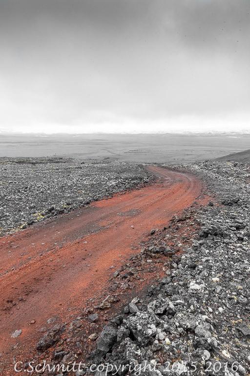 piste F902 de scories rouges qui mène à Kverkfjoll photo noir et blanc couleur
