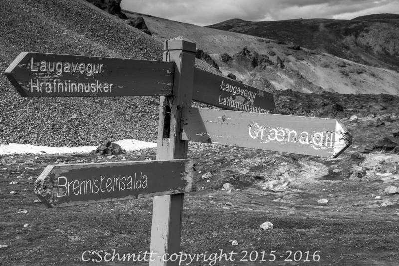 panneau indicateur des chemins de randonnée du Landmannalaugar à Thorsmork et la vallée de Graenagill centre Islande photo noir et blanc