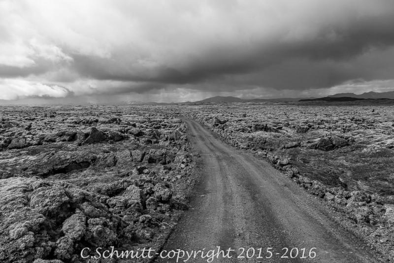 vers le Laki , la piste F207 traverse un champ de laves, le Lakaggigar centre Islande photo noir et blanc