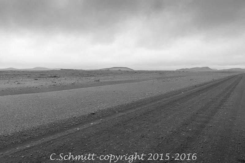 la plaine désertique de l'Odadahraun que traverse la piste f905 centre Islande photo noir et blanc