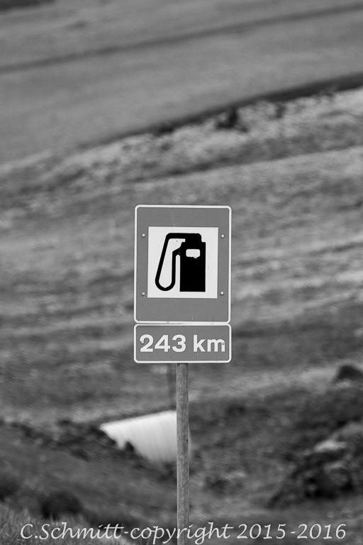 panneau de pompe à essence piste F35 Sprengisandur centre Islande photo noir et blanc
