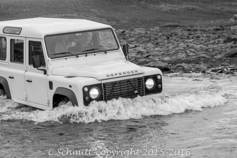 piste au passage d'un gué avec le Land Rover Defender en Islande photo noir et blanc