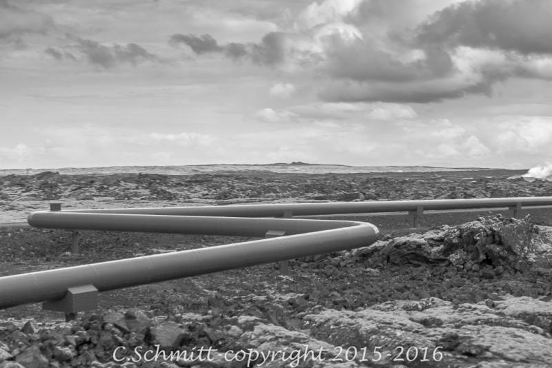 tuyaux geothermiques dans le paysage de Gunnuhver au sud de l'Islande Reykjannes photo noir et blanc