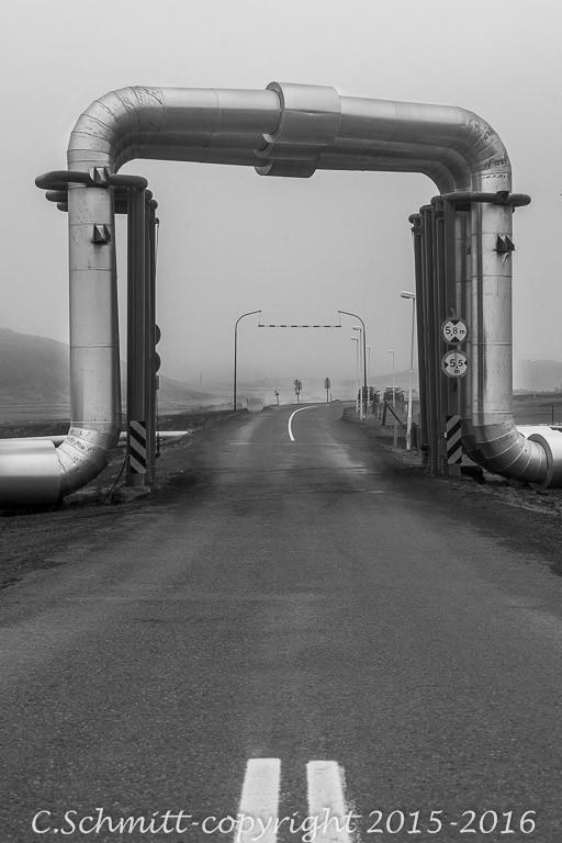 Tuyaux usine géothermique au dessus route vers Krafla Islande photo noir et blanc