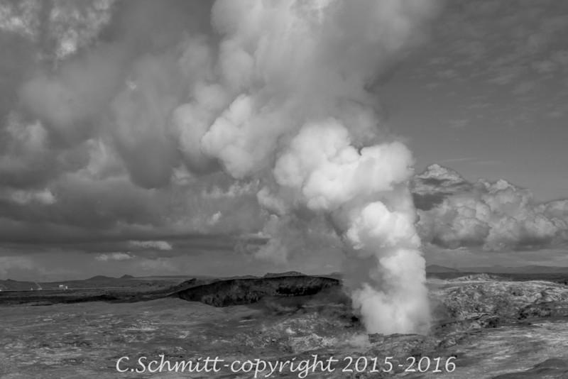 Geyser de vapeur à Gunnuhver Reykjannes sud Islande photo noir et blanc
